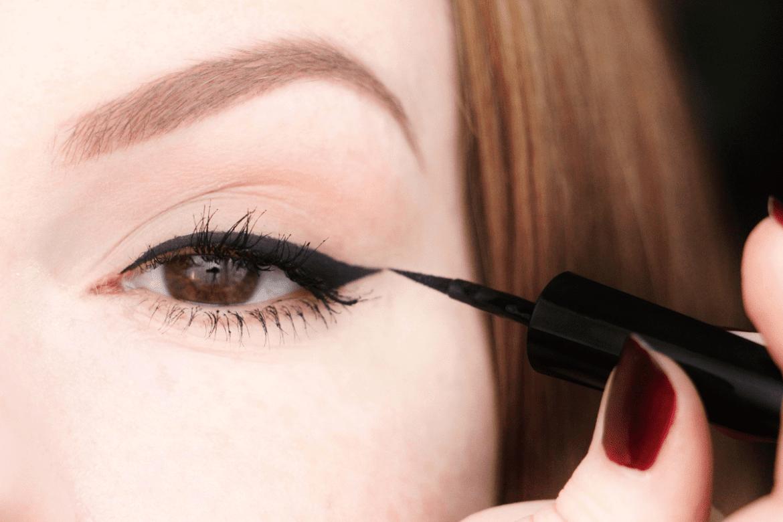 Comment tracer un joli trait d 39 eyeliner the pr insider - Comment mettre eye liner ...